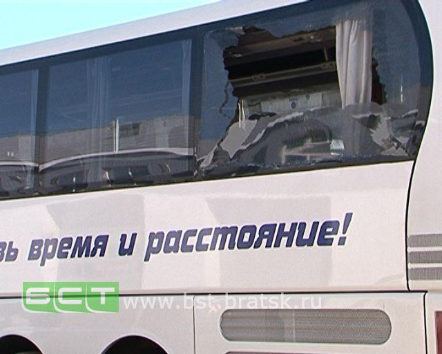 ВБратске люди вмасках закидали камнями междугородный автобус