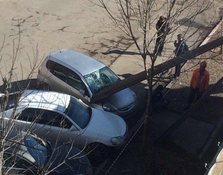 Упавший скрыши профлист разбил ветровое стекло  припаркованного автомобиля вИркутске