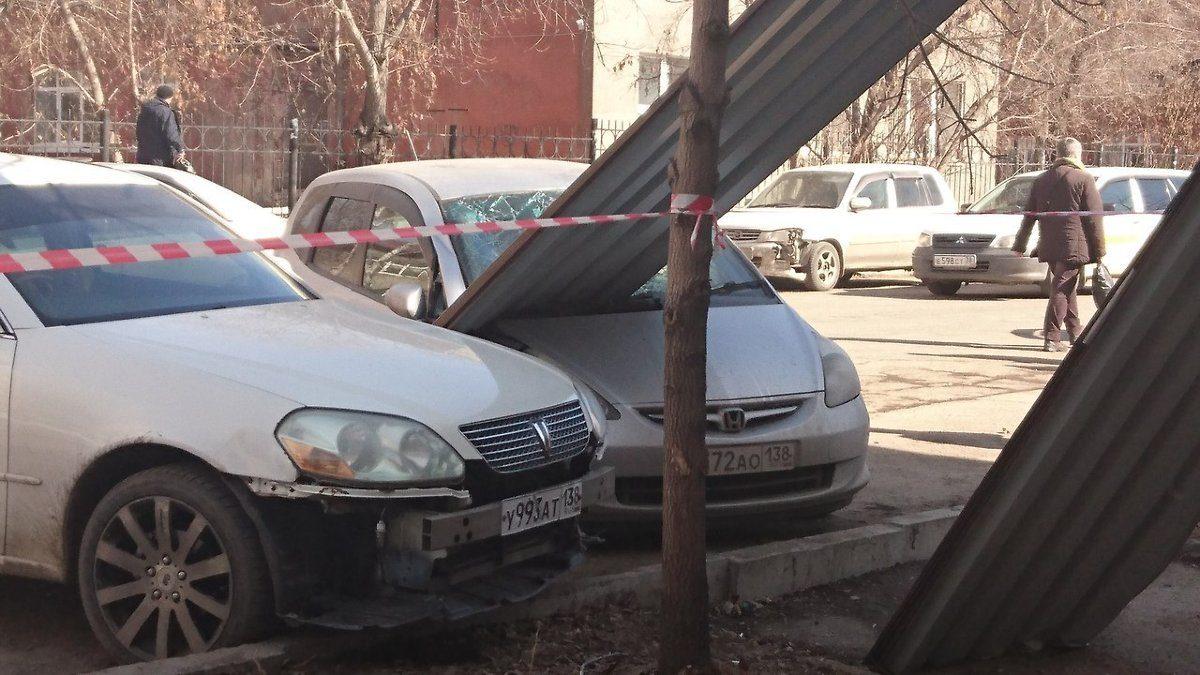 Профлист упал скрыши наавтомобиль Хонда Fit наулице Советской