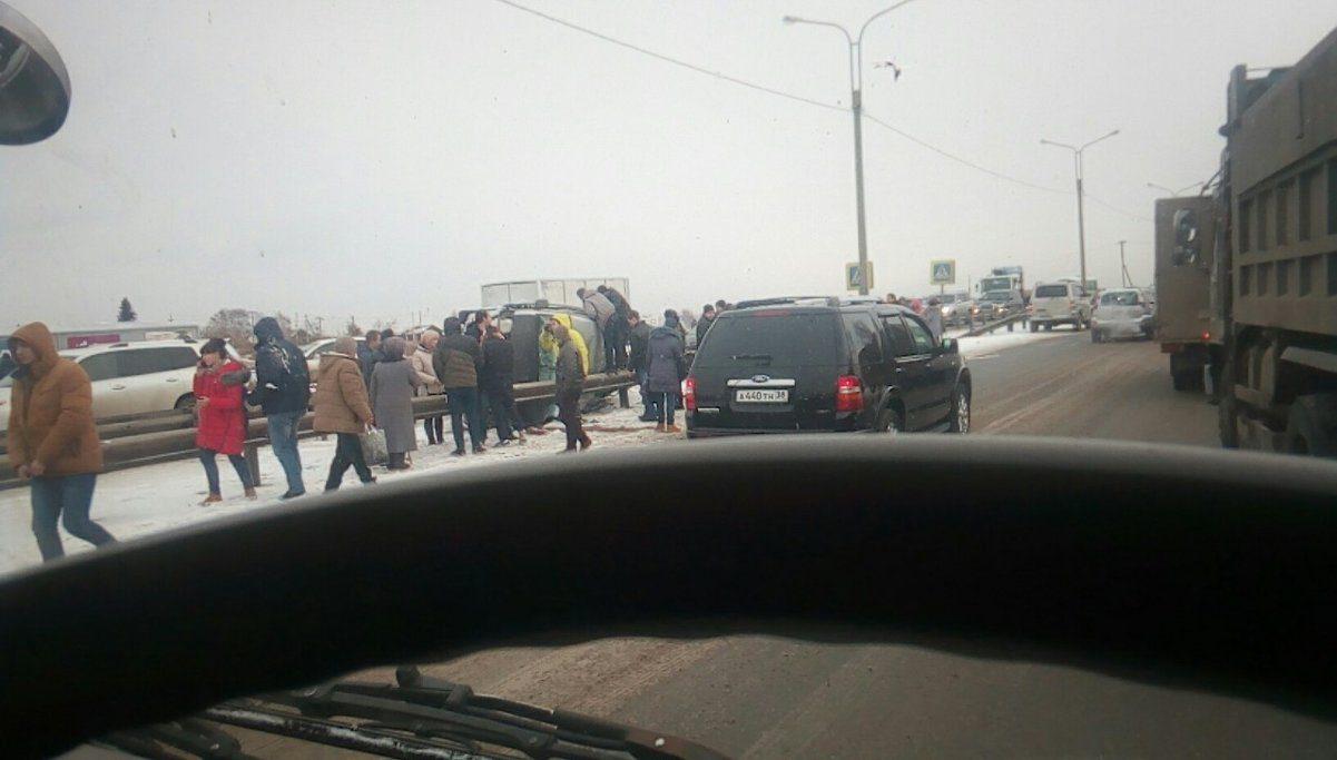 Маршрутка спассажирами перевернулась наобъездной дороге вНово-Ленино