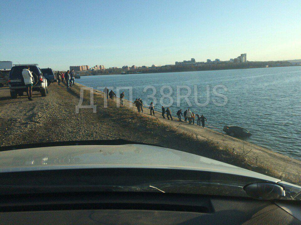 ВИркутске VW Polo съехал сплотины ГЭС вводу