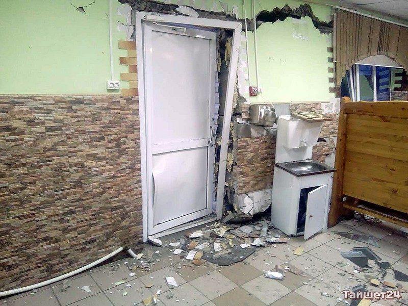 Нетрезвый шофёр КамАЗа въехал в строение кафе вТайшетском районе
