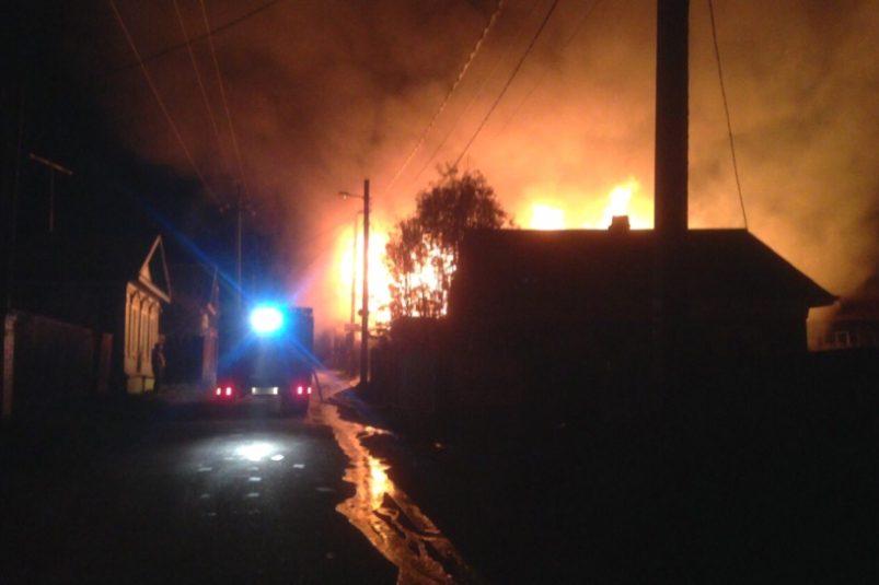 Впоселке Листвянка сгорела гостиница «Девятый вал»