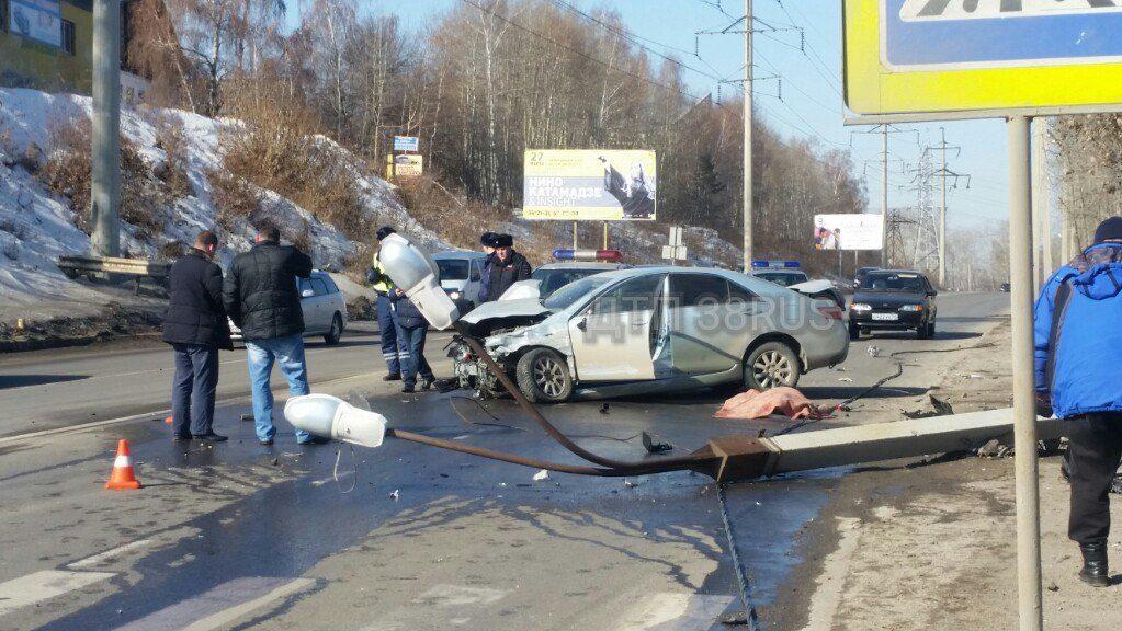 Шофёр  Тоёта  умер , врезавшись в Мазда  истолб вИркутске