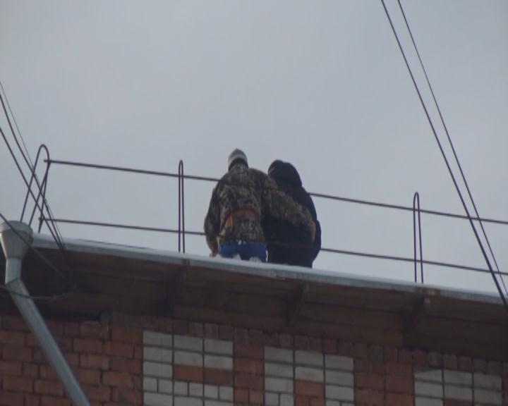 ВТайшете работники  милиции  иМЧС сняли подростка скрыши пятиэтажки
