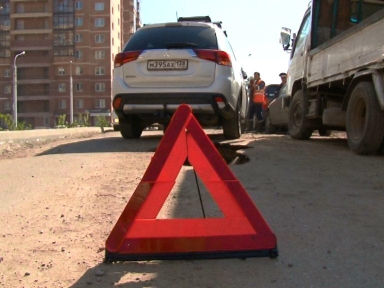 Асфальт разрушился под колесами автомобиля наулице Седова