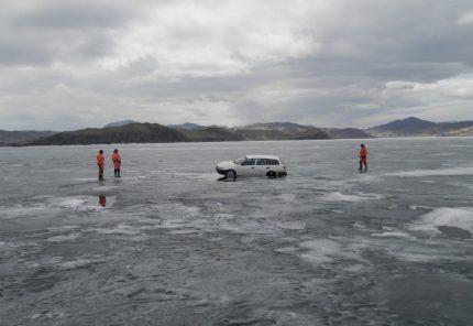 ВПрибайкалье два автомобиля провалились под лед