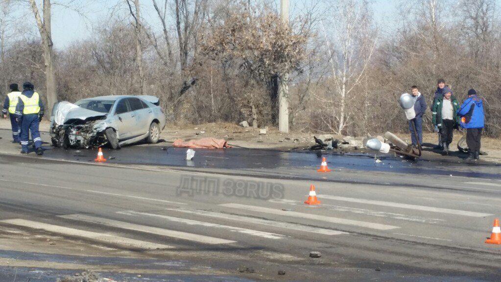 Шофёр Тоёта умер, врезавшись в Мазда истолб вИркутске
