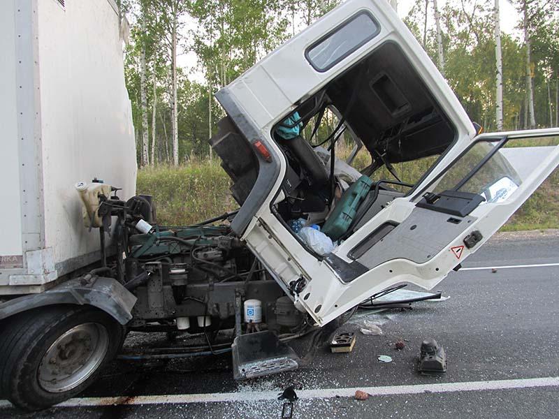 Шофёр умер встолкновении тягача игрузового фургона вИркутской области
