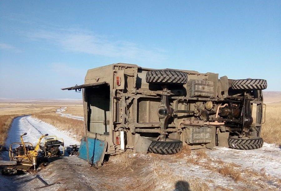 Грузовой автомобиль свахтовиками РЖД опрокинулся вЗабайкалье
