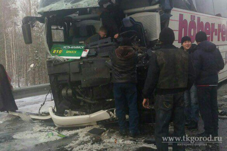 Двое человек пострадали при столкновении большегруза иавтобуса вБратском районе