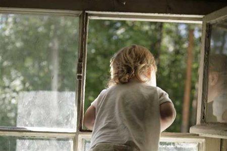 Нажительницу Приангарья завели дело западение сбалкона 4-летней дочери