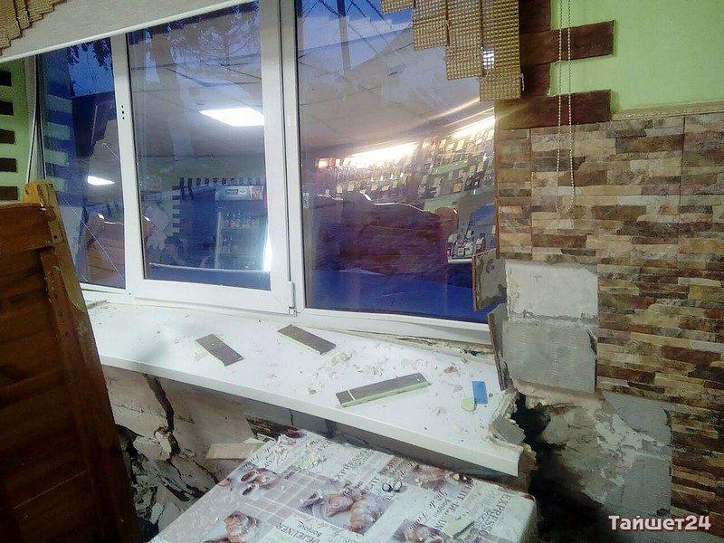Нетрезвый шофёр КамАЗа протаранил кафе вИркутской области