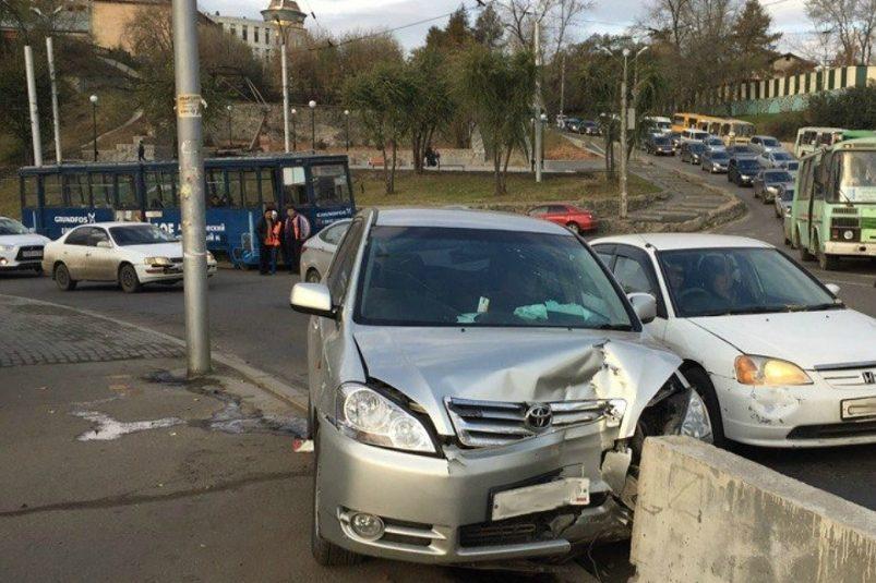 Автобус №6 истолкнулся сMercedes наГлазковском мосту вИркутске