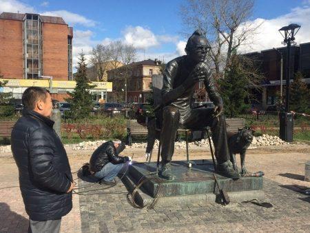 Повреждённый всередине зимы монумент Гайдаю восстановили вИркутске