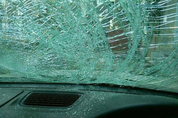 Вцентре Иркутска глыба льда упала скрыши наавтомобиль Хонда