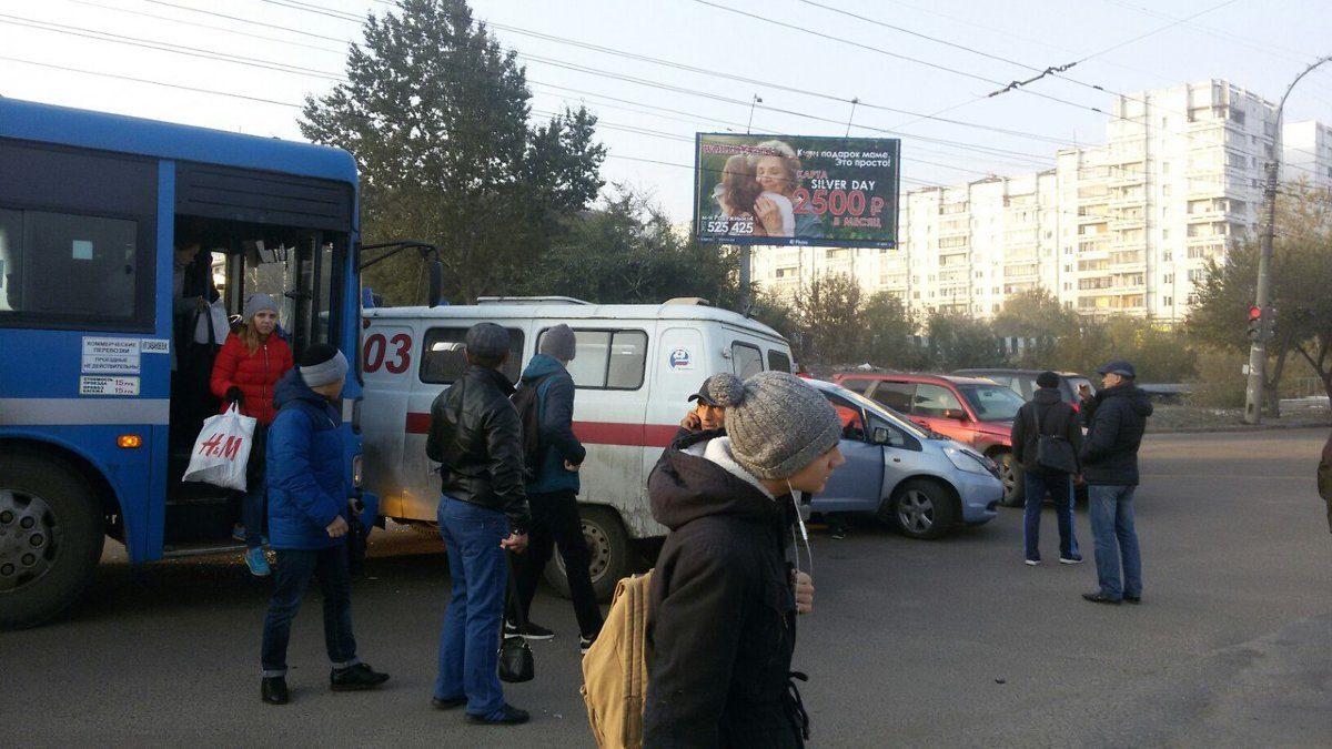 ВИркутске автобус врезался вмашину скорой помощи: два человека пострадали