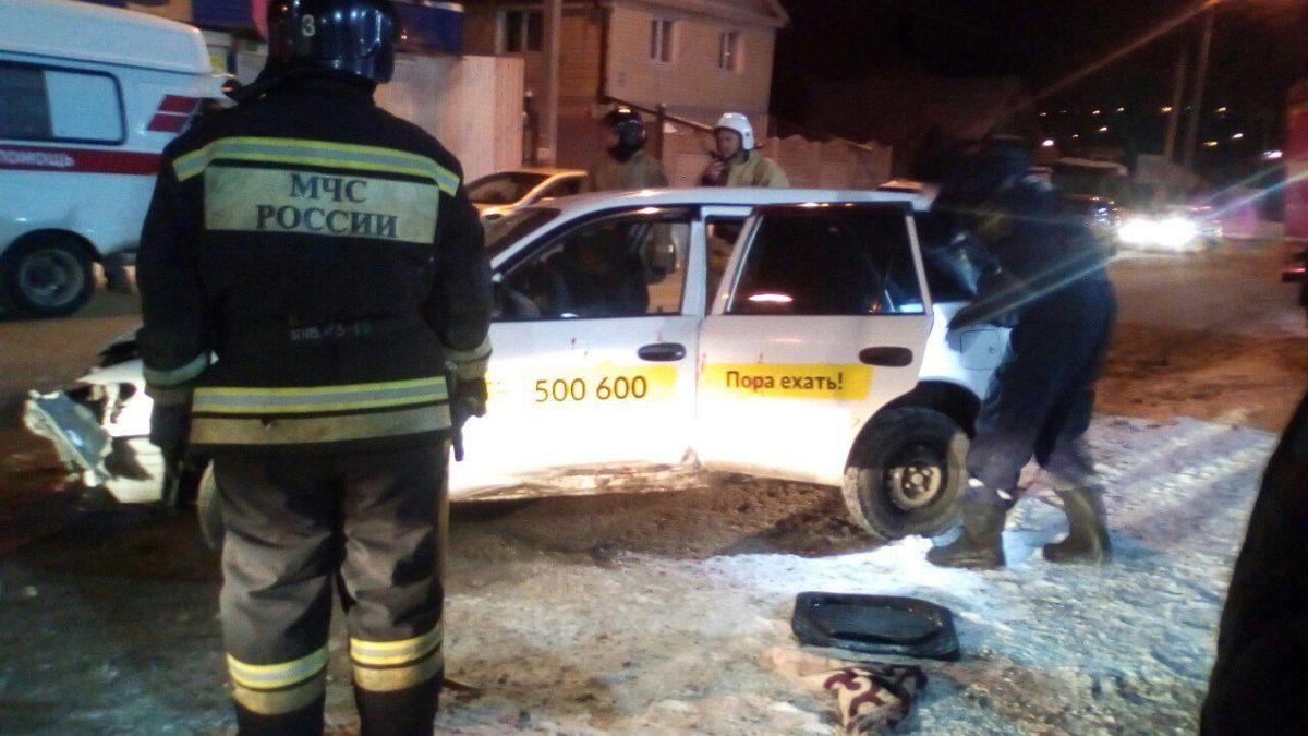 ВИркутске пассажир такси головой проломил ветровое стекло после ДТП